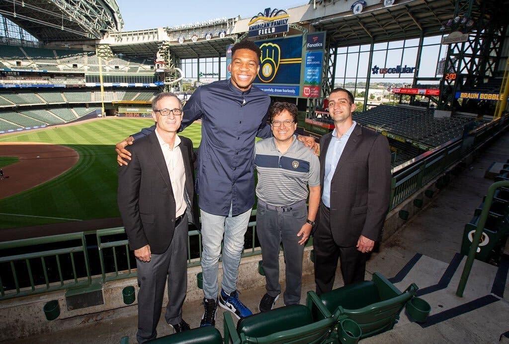 Giannis Antetokounmpo compra parte de Los Cerveceros de Milwaukee
