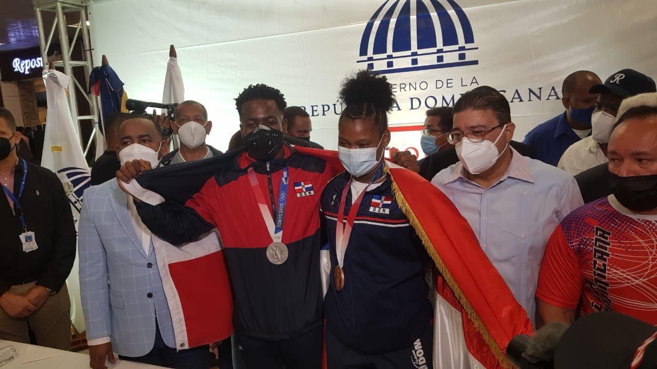 Los medallistas olímpicos Zacarías Bonnat y Crismery Santana fueron recibidos como héroes al llegar a RD