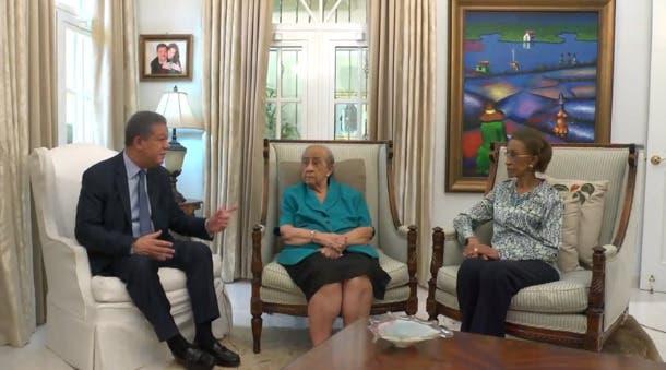 Leonel Fernández difunde una entrevista inédita que le  hizo a su madre Yolanda Reyna y a una tía