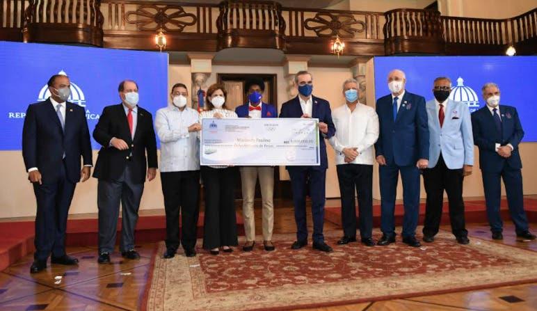 Luis Abinader entrega más de 50 millones de pesos a los atletas medallistas de Tokio