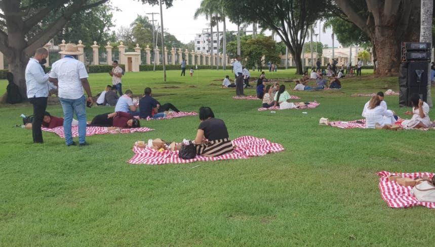 Video: Familias disfrutan del picnic en jardines del Palacio Nacional