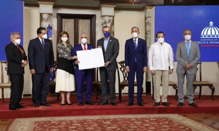 Gobierno entrega recertificación a médicos; Waldo Ariel ve histórica la iniciativa