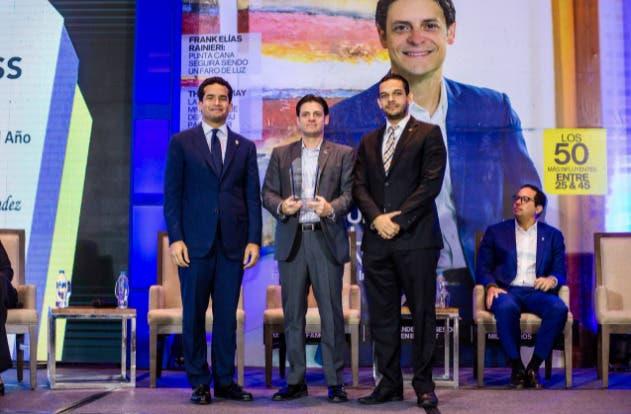 Dedican nueva portada de Revista BUSINESS al empresario Manuel Grullón Hernández