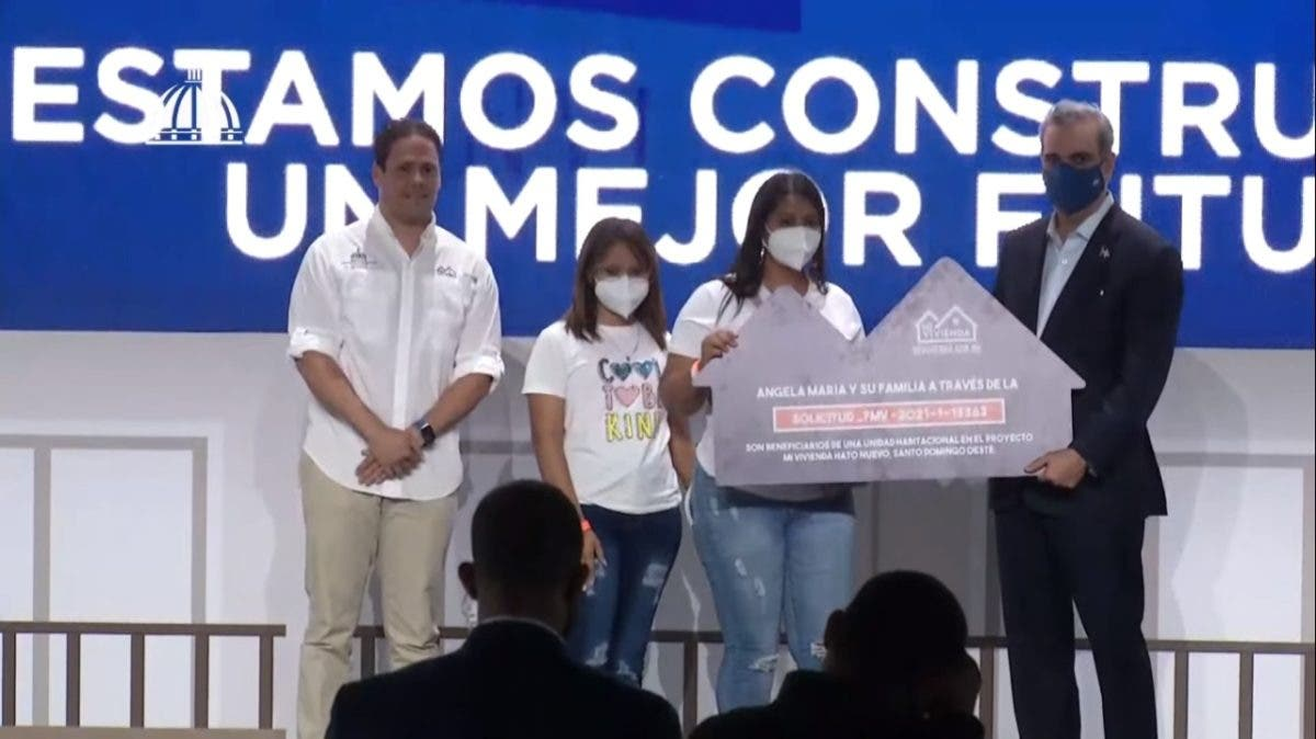 Luis Abinader entrega los primeros 500 bonos del proyecto Mi Vivienda