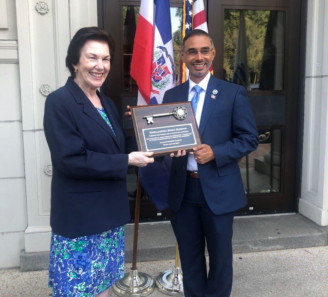 Embajadora dominicana en EE. UU. recibe llave de la ciudad de Lawrence