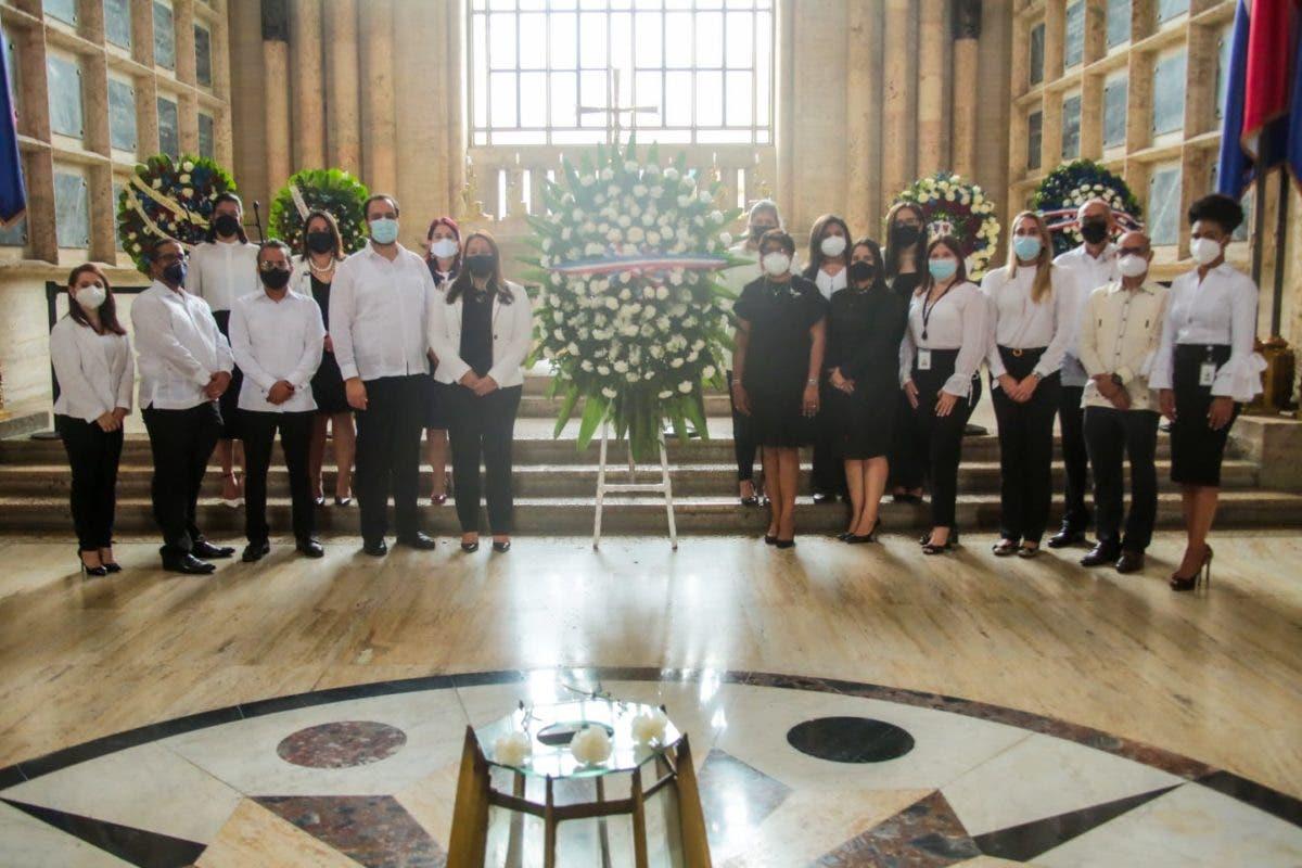 DIGEIG celebra noveno aniversario; deposita ofrenda floral en el Panteón de la Patria