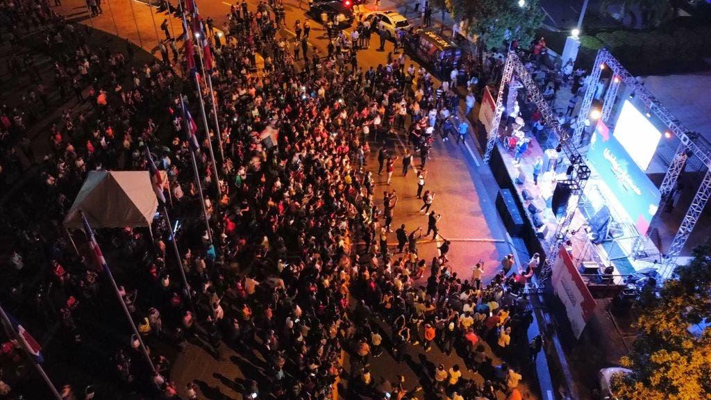 Miles de personas abarrotan explanada frontal del Congreso Nacional «Unidos en Adoración»