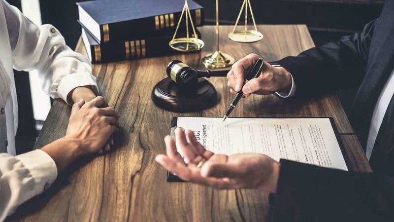 Un abogado inmobiliario es quien ayuda a las personas en los procesos de herencia