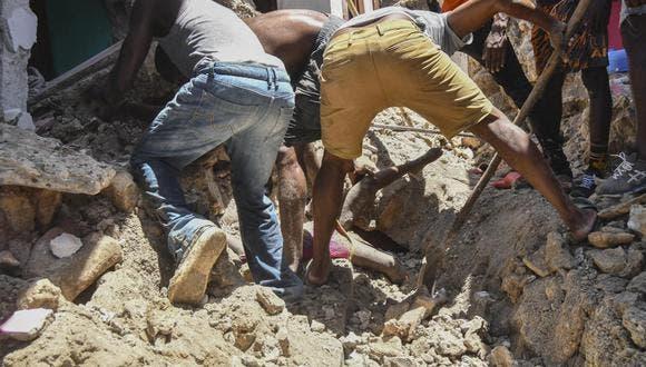 Buscan sobrevivientes del sismo de Haití mientras se avecina tormenta
