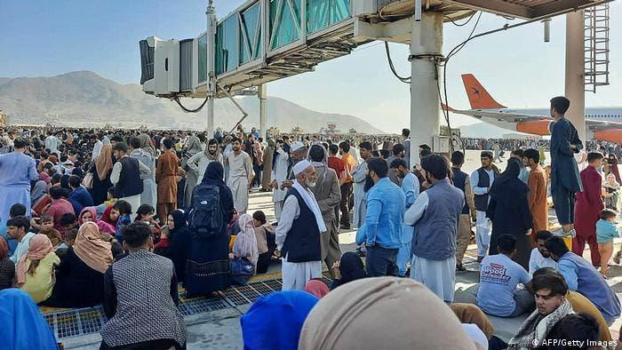 Caos en Afganistán con miles tratando de escapar del país