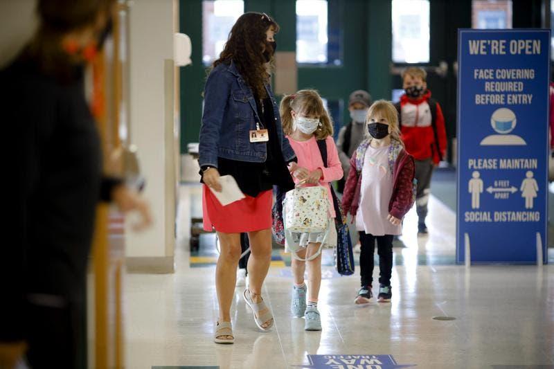 Escuelas en EEUU revierten clases presenciales por COVID-19