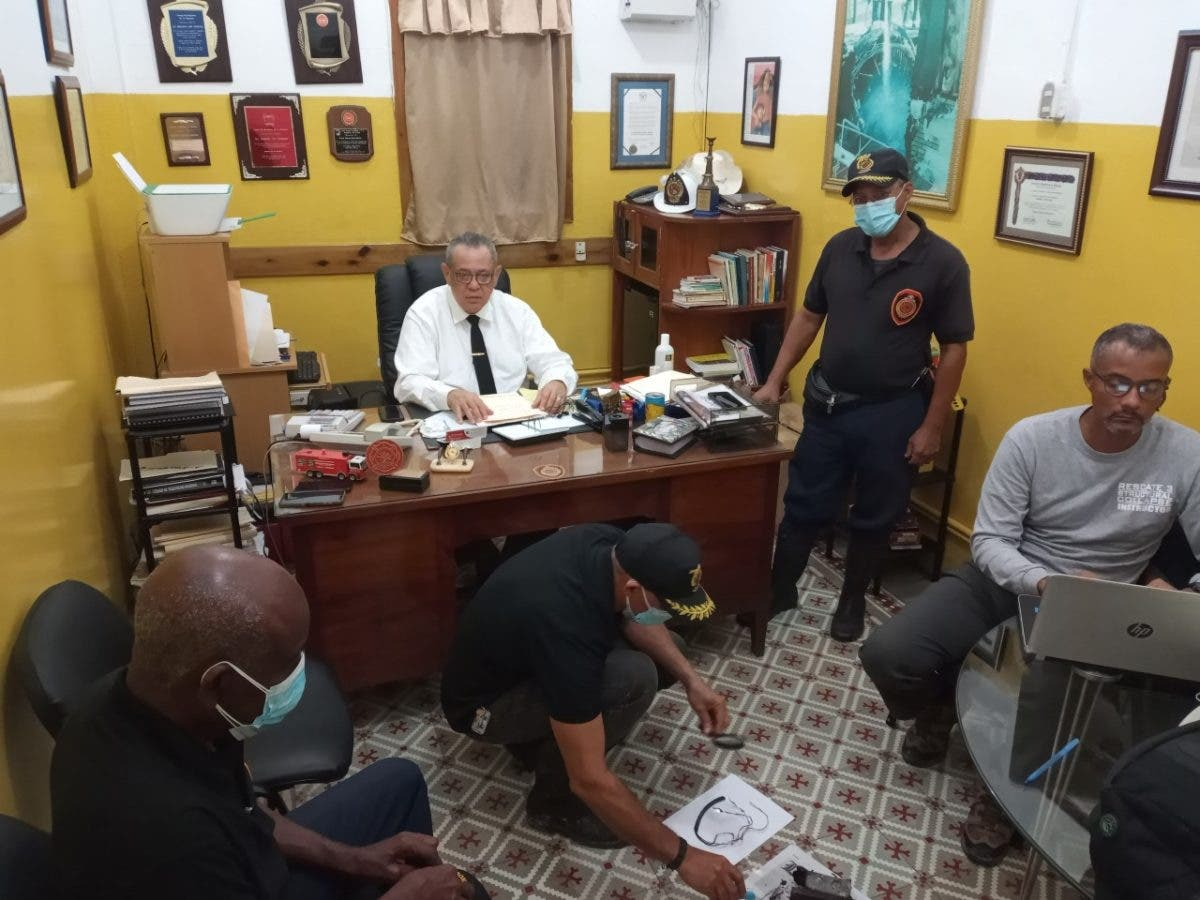 Cuerpo de bomberos profundiza para saber origen de fuego en clínica de La Romana