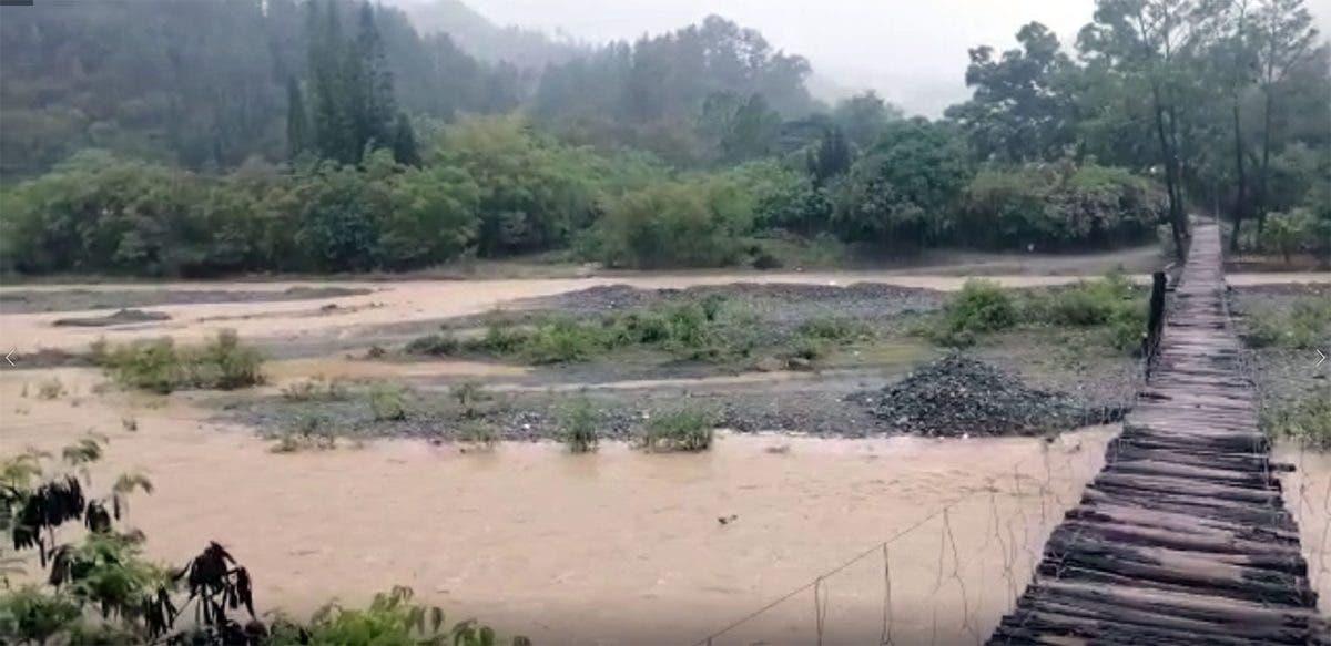 VIDEO: Mujer enferma es trasladada en ataúd por desbordamiento de río en San José de Ocoa