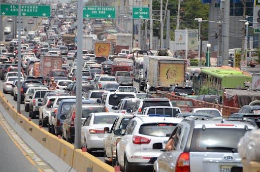 Tapones a todas horas, expertos ven fortalecimiento del transporte público como solución