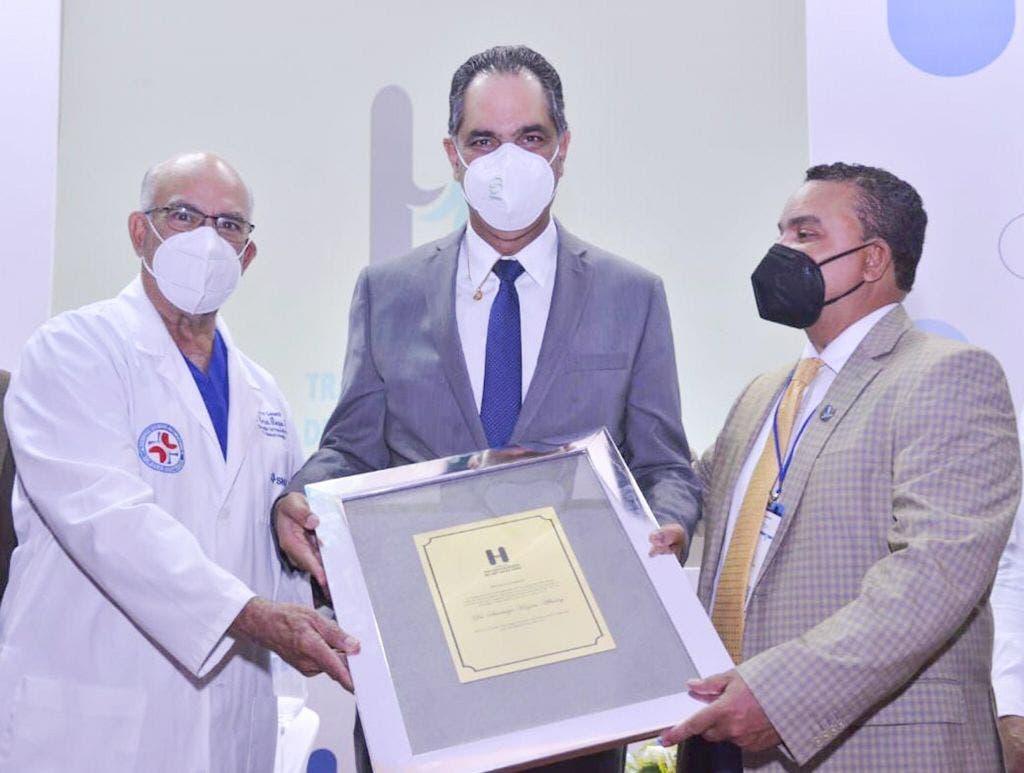 Reconocen a Santiago Hazim durante X Jornada Científica del Hospital Ney Arias Lora