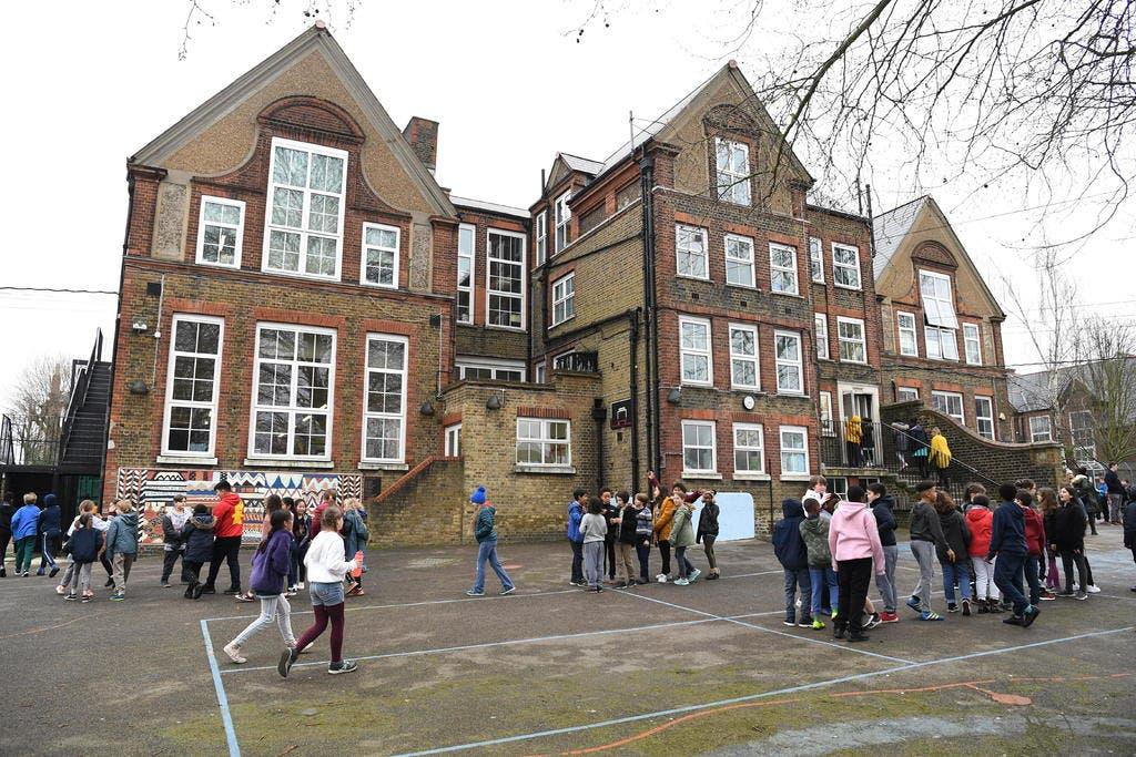 """Científicos alertan de una posible """"infección masiva"""" en colegios ingleses"""