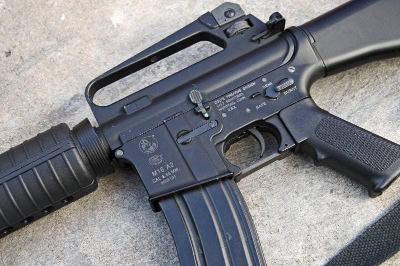 Apresa hombre en un cementerio con fusil M-16, una pistola y US$2,187