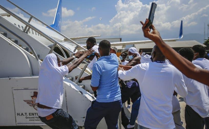 Haitianos deportados tratan subirse a avión