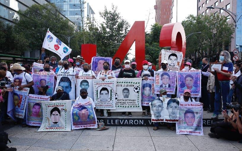 Marchan por los 7 años de desaparición de 43 México