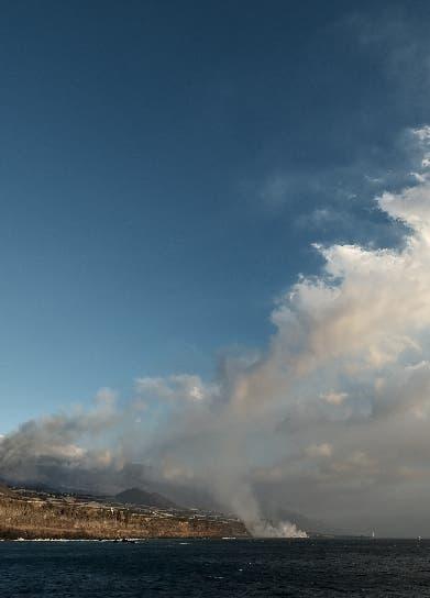 Lava de volcán llega al Atlántico