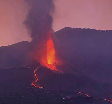 Ceniza volcán detiene el aeropuerto