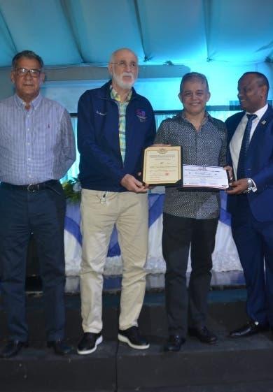 Club Naco reconoce trayectoria del técnico Juan Chalas