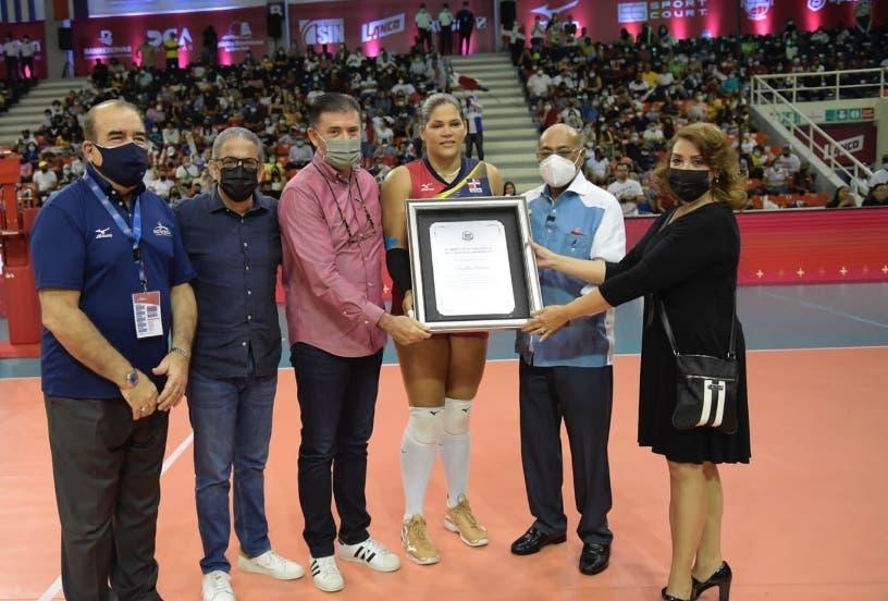 TC reconoce labor de Prisilla Rivera en el voleibol