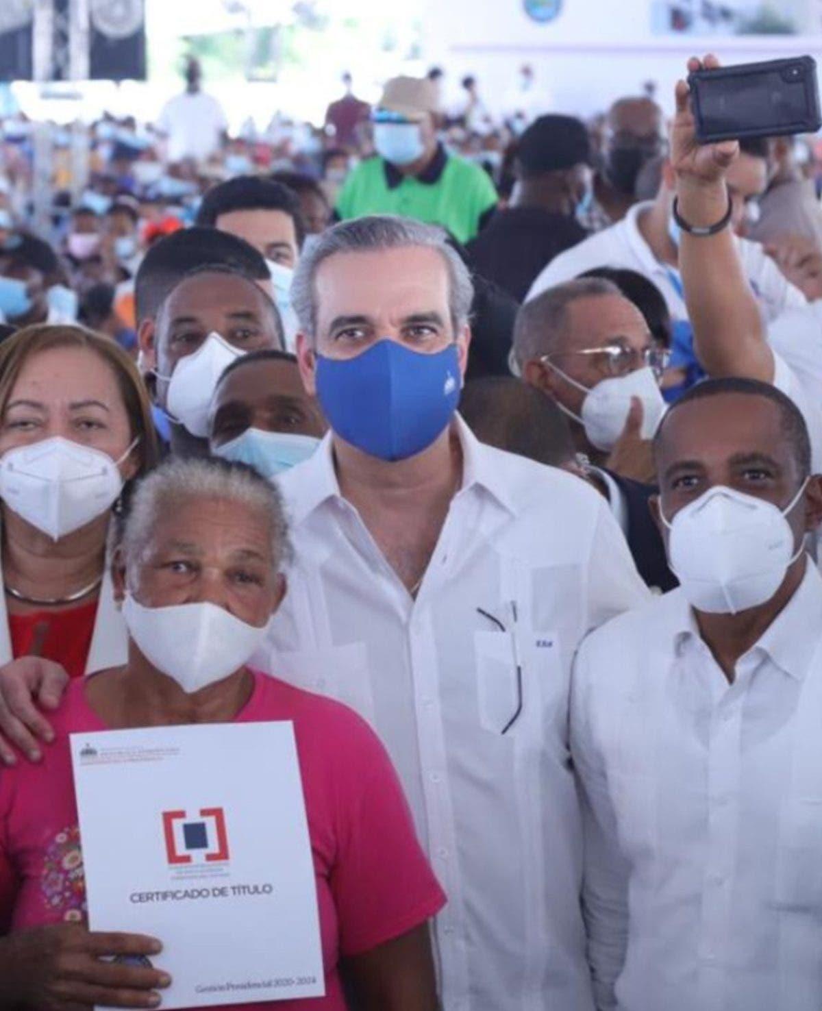 Presidente entrega certificados  títulos de propiedad en Nigua