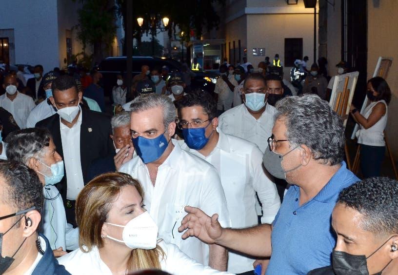 Presidente Abinader recorre calles de la Ciudad Colonial