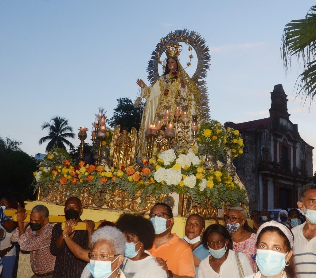 Feligreses participan en procesión por Día de las Mercedes en Ciudad Colonial