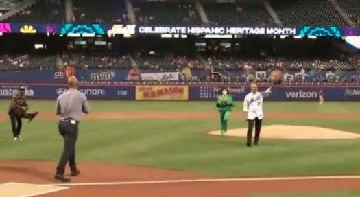 Video: Abinader lanza primera bola previo al juego entre Mets y Filis