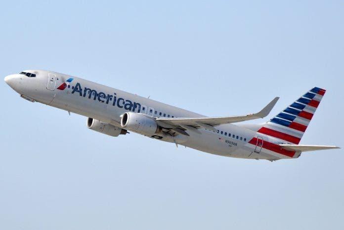 Pasajero abre puerta de un avión y camina hacia el ala