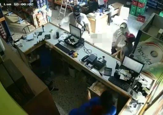 Video: Atracadores cargan con dinero de colmado en Constanza