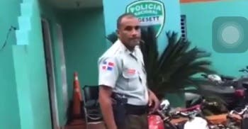 Video: Agente de la Digesett propina trompadas a ciudadano en Sosúa