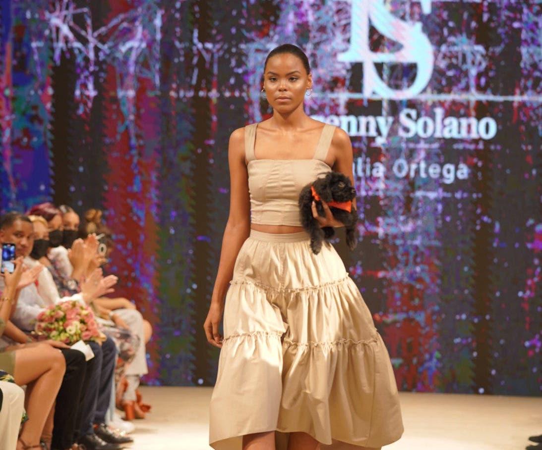 Perros rescatados, el accesorio de modelos del desfile de Lorenny Solano en el RD Fashion Week