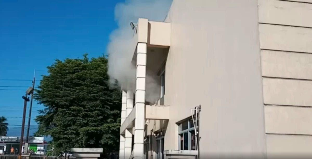 Video: Fuego afecta parte del Palacio de Justicia de Bonao