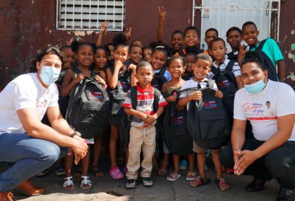 Fundación Raymond Rodríguez entrega útiles escolares a estudiantes de escasos recursos