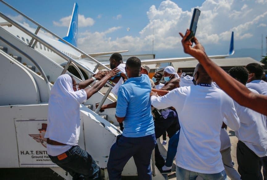 Molestos por su deportación, haitianos tratan de abordar de nuevo el avión