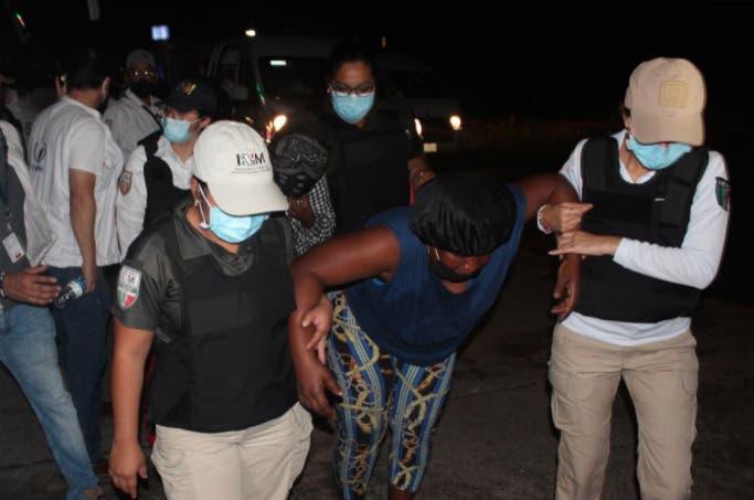 Decenas de haitianos marchan en el sur de México y piden agilizar trámites migratorios