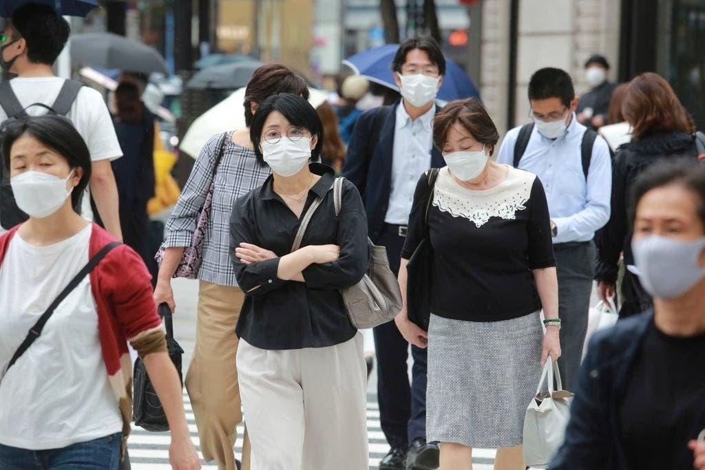 Japón vuelve a ampliar alerta sanitaria mientras planea aliviar restricciones