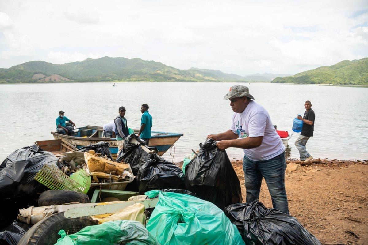 Desechos sólidos; Barrick y cabildos limpian lago