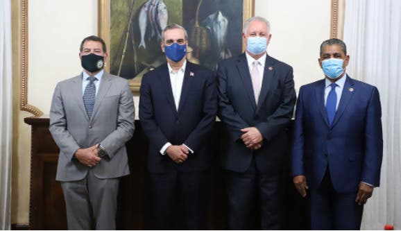 Luis Abinader recibe visita de Adriano Espaillat y otros congresistas de EEUU