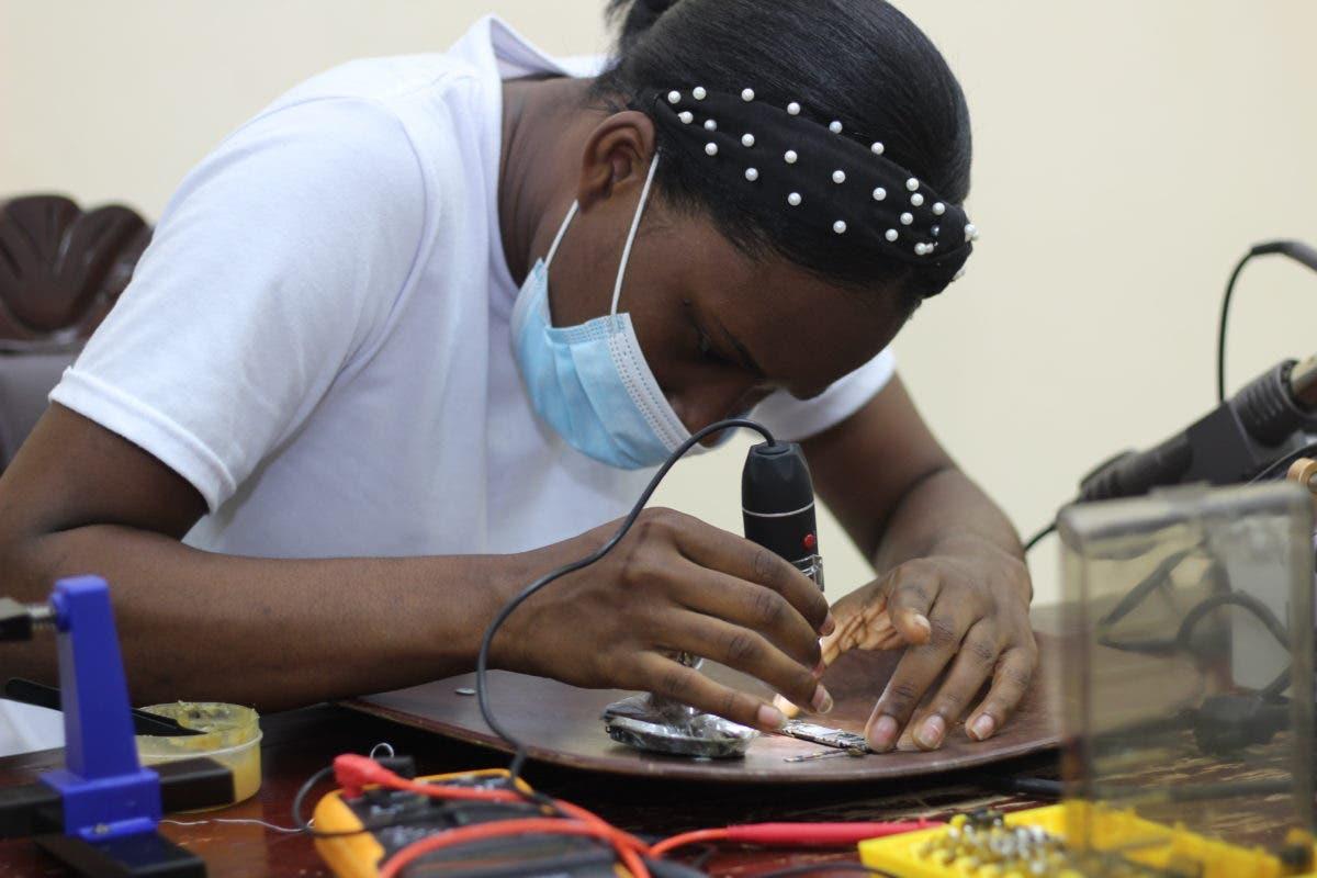 CTC capacita a jóvenes en reparación de celulares