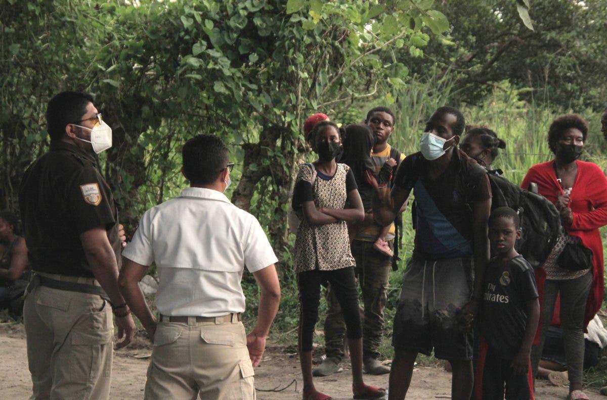 """Denuncian el """"Maltrato"""" de Inmigración contra haitianos en la frontera de Estados Unidos"""