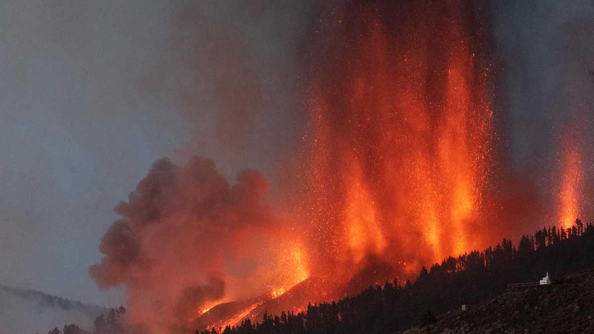 Expertos aseguran erupción volcánica en isla española podría durar 3 meses