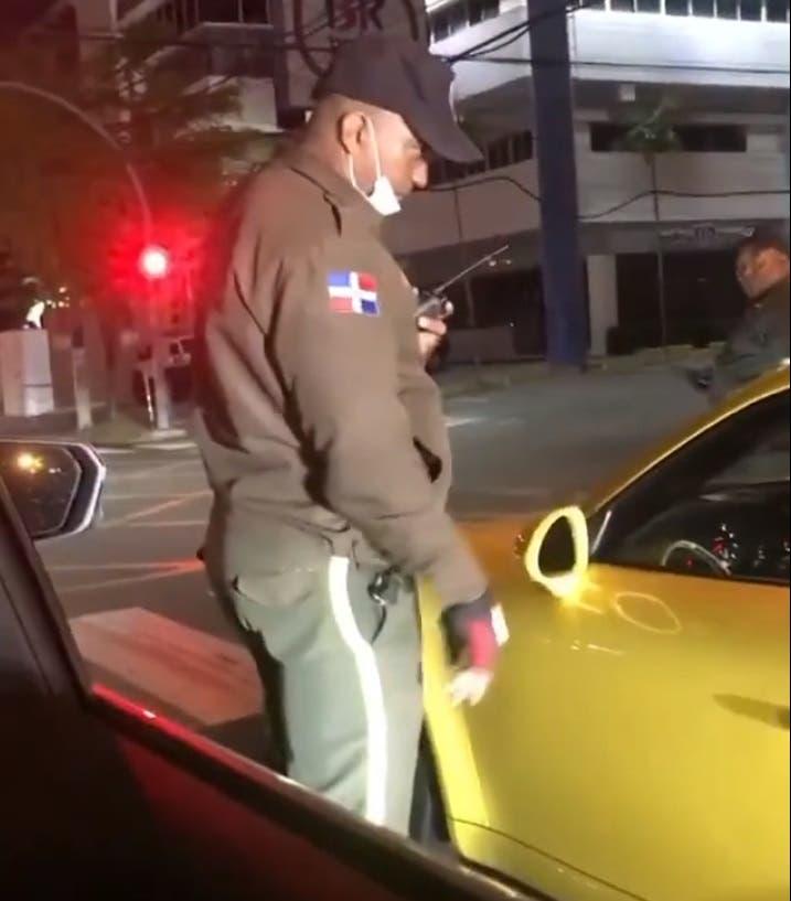 Video: Conductor de un Porsche casi atropella a agente Digesett mientras se fuga