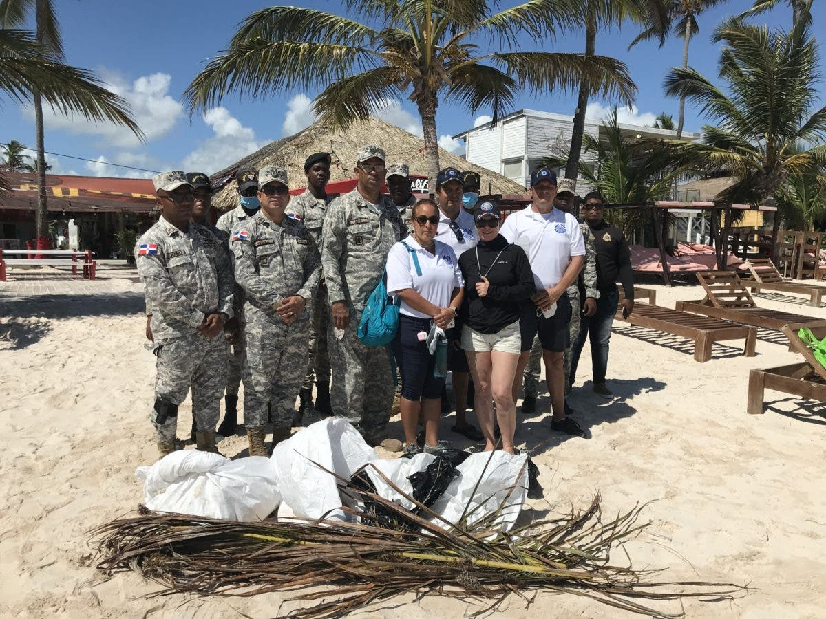 Civiles y militares se unen en jornada de limpieza de playas