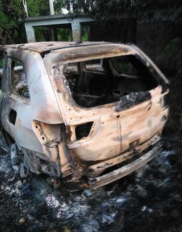 Encuentran cadáveres en interior de vehículo calcinado