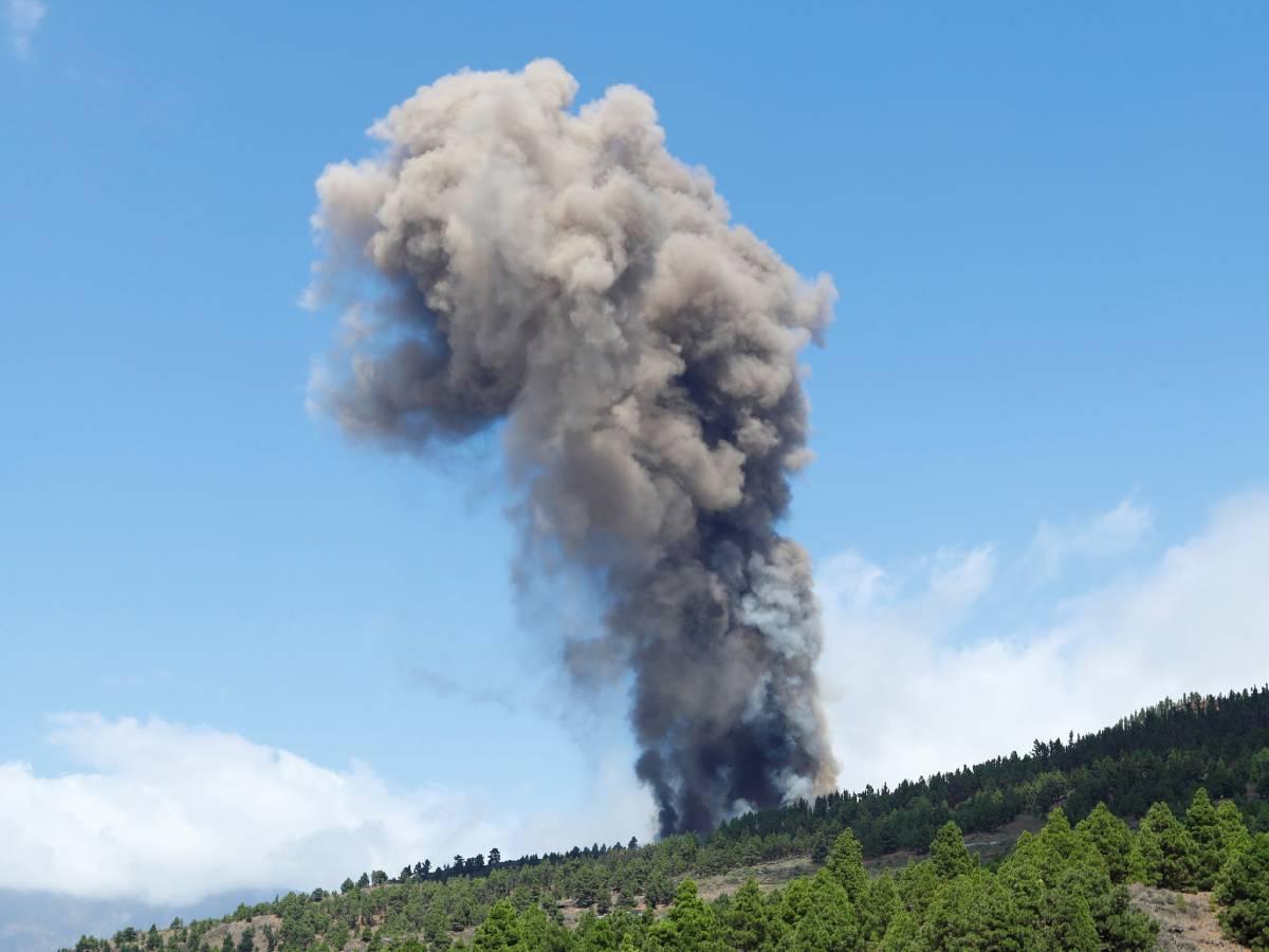 Hace erupción volcán en la isla de La Palma en España