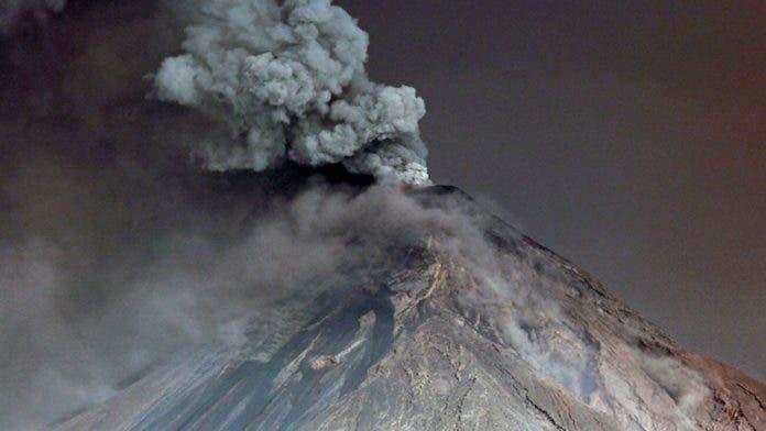 Guatemala alerta por erupción volcán de Fuego, el más activo de Centroamérica